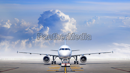 airliner gets service for take off