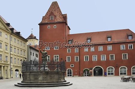 haidplatz mit neue waag und justitiabrunnen
