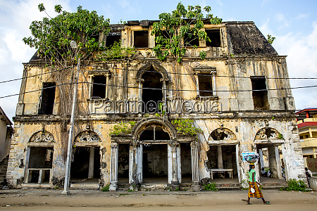rundown colonial house in grand bassam