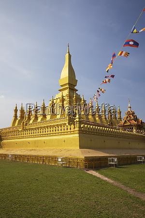the golden buddhist stupa of pha