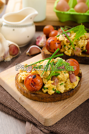 scrambled eggs witch bacon herbs and