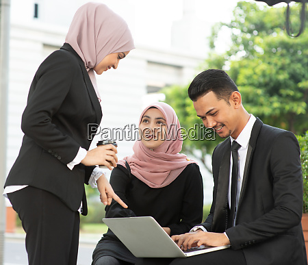 muslim business people discussion