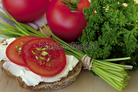 savoury snack with bread and tomatoes