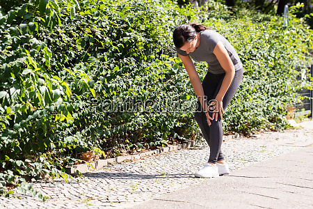 jogger having pain in her knee