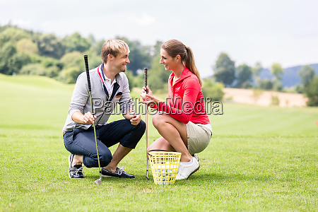 golf players discussing before playing