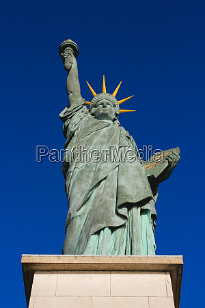 statue of liberty in the allee