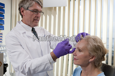 ophthalmologist giving a botox injection to