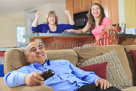 family cheering at tv show