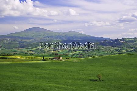 italy tuscany villa in tuscan landscape