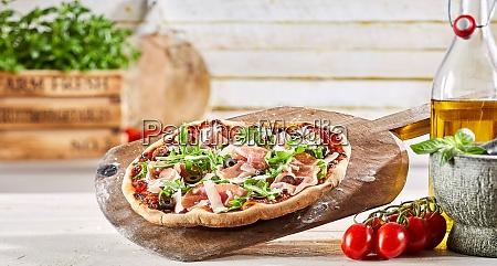 thin crust italian pizza with prosciutto