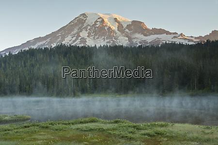 sunrise alpenglow mount rainier reflection lakes