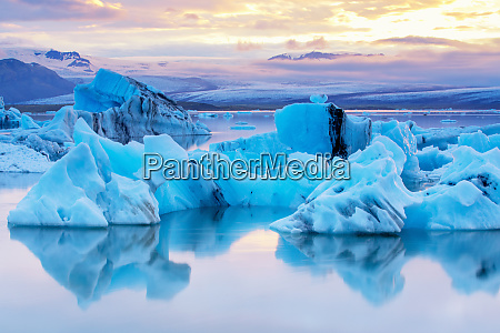 jokulsarlon lagoon at midnight sun iceland