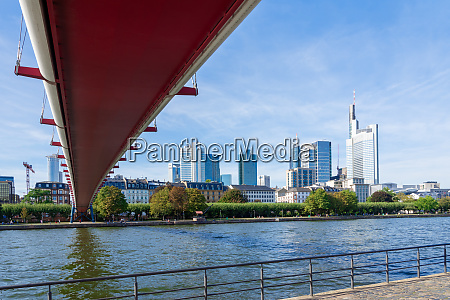 the holbeinsteg footbridge in frankfurt acrross