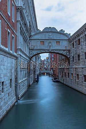 bridge of sighs in venice at