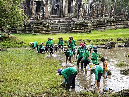 cambodia angkor watt siem reap workers