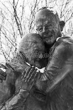 statue of an elderly couple embracing