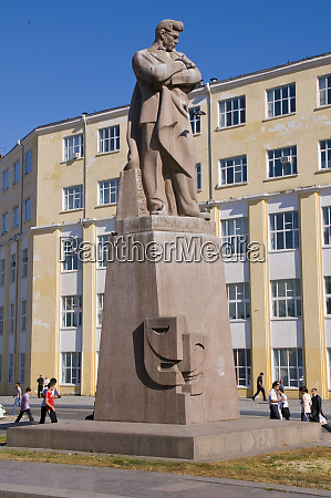 statue of nizami baku azerbaijan