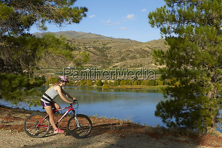 mountain biker on cromwell to bannockburn