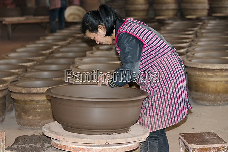 workshop making teapots and pottery yixing
