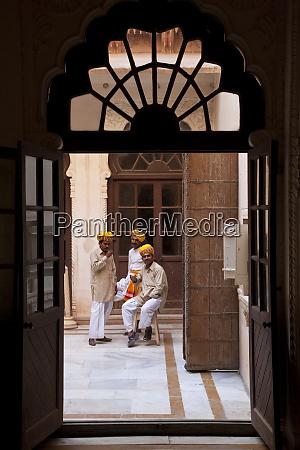 palace attendants taking a tea break