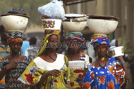 mali djenne group of women carrying