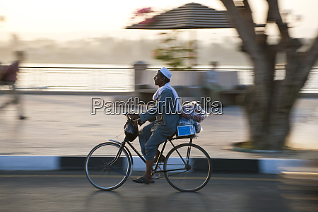 egyptian on bicycle luxor egypt
