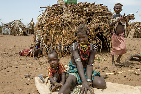 dassanech family in front of their