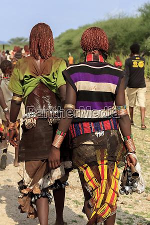 hamer women walking to the bull