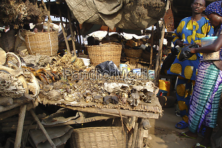 benin cotonou woman selling peanuts to