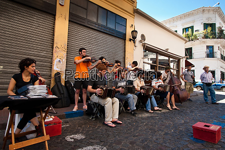 street musicians play on the streets