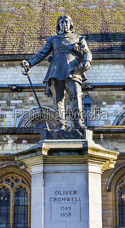 oliver cromwell statue outside the house