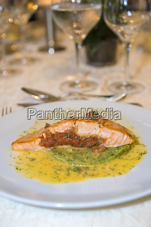grilled salmon with dill sauce loire
