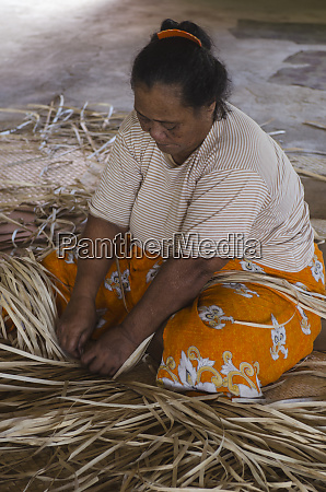 woman weaving pandanus mat pandanus kioa