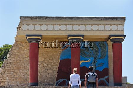 tourists at the minoan palace at