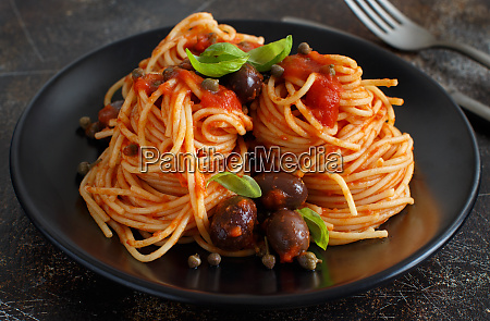 spaghetti with tomato sauce olives and