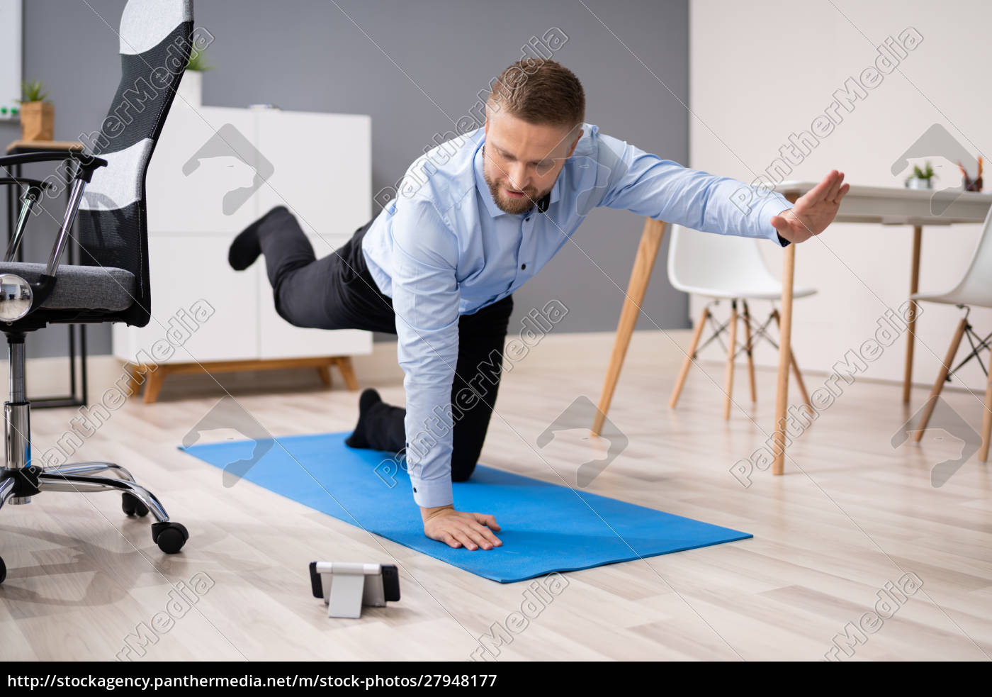 businessman, doing, stretching, workout, using, smartphone - 27948177