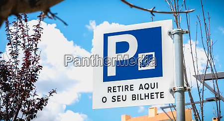 road sign indicating an automatic parking