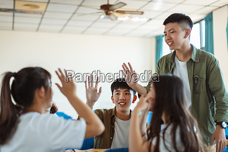 collage student discuss with classmate