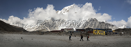 people walking in gorak shep himalayas