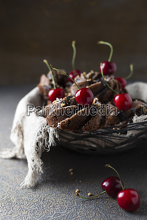 basket of german minigugelhupf cakes with