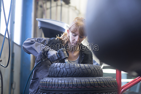 female car mechanic working in repair