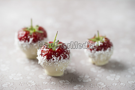 strawberries with white chocolate and grated