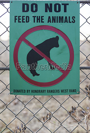 do not feed the animals sign