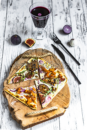 tart with cheese garlic red onions