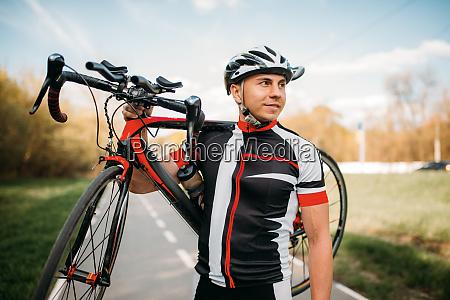 bycyclist, keeps, the, bike, on, shoulder - 28061623