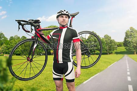 bycyclist, keeps, the, bike, on, shoulder - 28061633