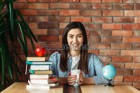 female, student, sitting, at, the, table - 28061697