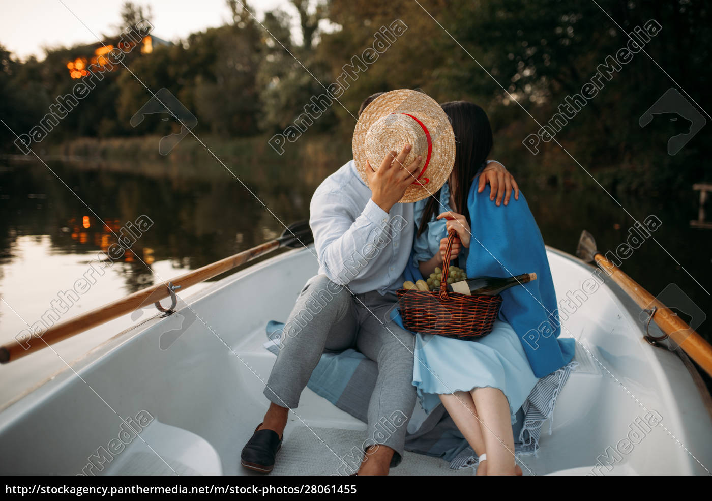 love, couple, kissing, in, a, boat - 28061455