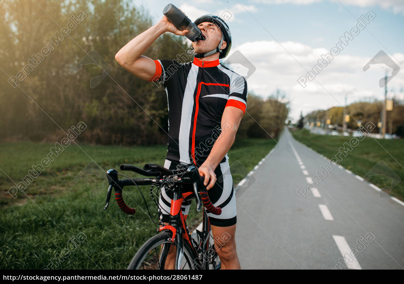 male, bycyclist, drinks, water, while, training - 28061487