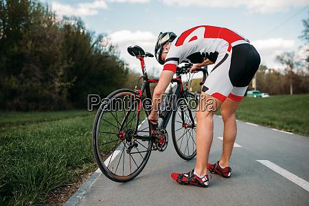 male, cyclist, adjusts, the, bike, before - 28061468